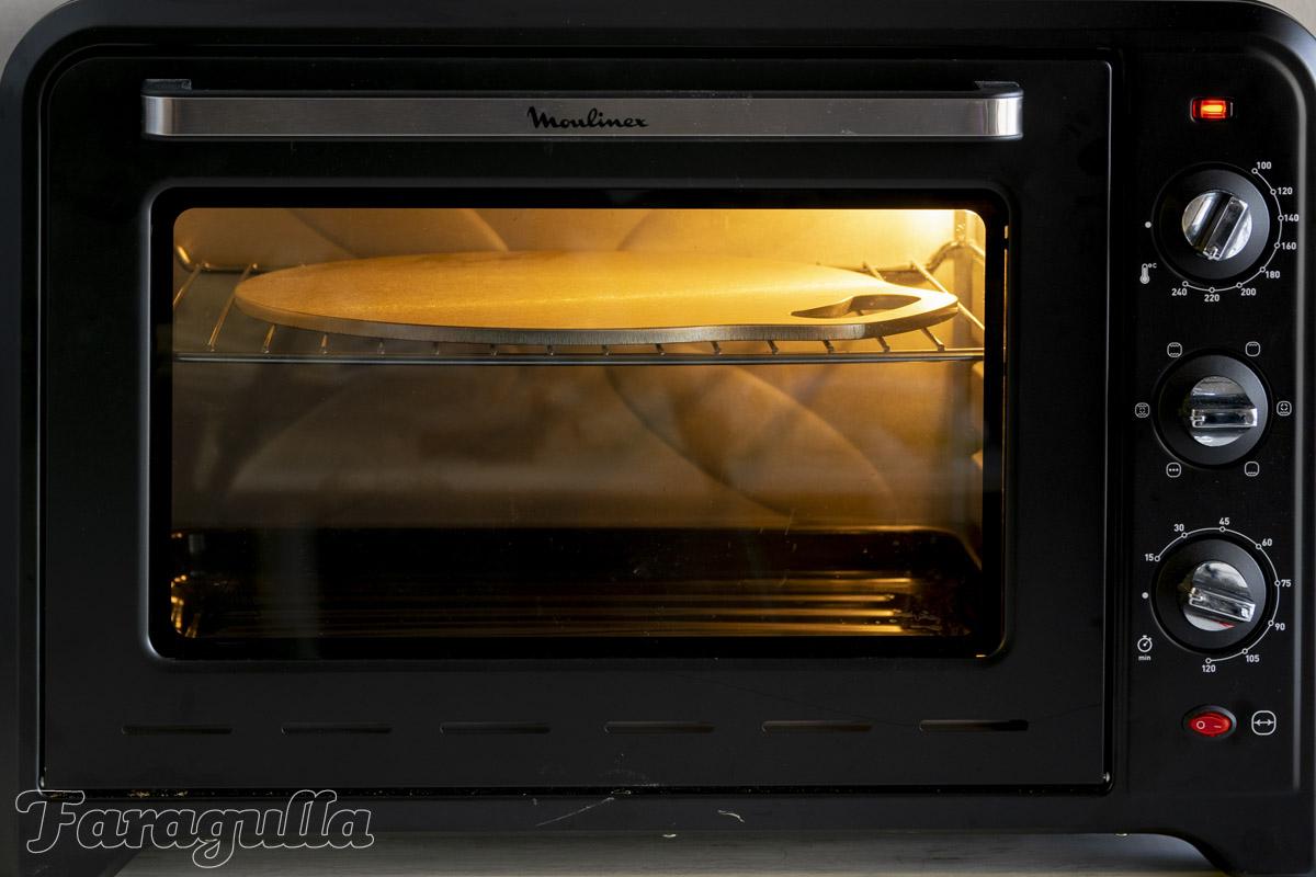 Horno a máxima temperatura con la plancha Pizza Pro en su interior