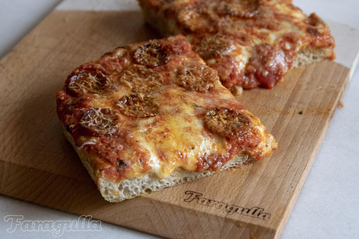 Pizza estilo siciliano o pizza en bandeja