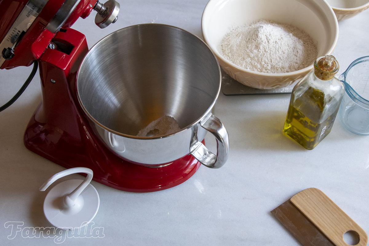 Pizza estilo siciliano · Mezla en un bol
